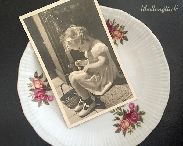 Teller und Postkarte